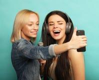 Образ жизни, эмоция и концепция людей: Счастливые девушки с microp Стоковые Фото