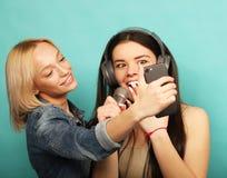Образ жизни, эмоция и концепция людей: Счастливые девушки с microp Стоковое фото RF