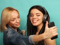 Образ жизни, эмоция и концепция людей: Счастливые девушки с microp Стоковая Фотография RF