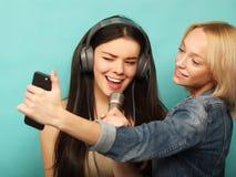 Образ жизни, эмоция и концепция людей: Счастливые девушки с microp Стоковые Фотографии RF