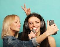 Образ жизни, эмоция и концепция людей: Счастливые девушки с microp Стоковое Фото