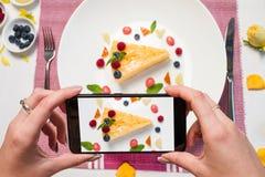 Образ жизни smartphone десерта блоггера еды стоковые фотографии rf