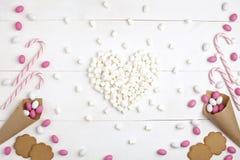 Обрамите конфеты, печенья печений и зефиры в форме h Стоковые Фотографии RF