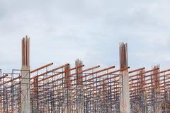 Обрамите сталь столба в месте рабочий-строителей и здании расквартировывать внешних что имеет облако шторма в предпосылке неба с  Стоковое Изображение