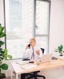 обрамленное бизнесменом счастливое фото телефона офиса вертикально Стоковые Фотографии RF