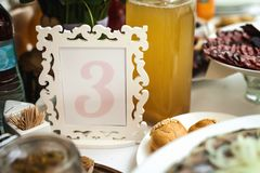 Обрамленный номер расположения на таблице свадьбы стоковое изображение rf