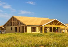 Обрамлять на одном доме нового строительства рассказа стоковые фото