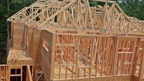 Обрамлять нового дома под конструкцией сток-видео