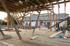 Обрамлять нового строительства домашний против голубого неба на заходе солнца стоковое фото