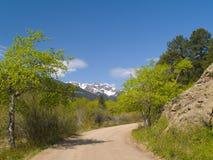 обрамляя весна дороги горы стоковое изображение