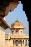 Обрамленный взгляд Musamman Burj в форте Агры, Уттар-Прадеш, Индии стоковое фото