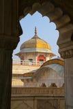 Обрамленный взгляд Musamman Burj в форте Агры, Уттар-Прадеш, Индии стоковая фотография