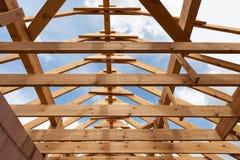 Обрамлять нового строительства домашний против голубого неба, крупного плана рамки потолка Стоковые Фото