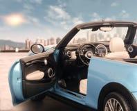 Обратимый автомобиль в точке зрения города Солнечный день, вы можете увидеть город стоковая фотография rf