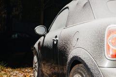 Обратимый автомобиль припарковал в городе покрытом с снегом Стоковые Фотографии RF