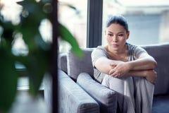 Обреченная прискорбная женщина обрабатывая депрессию стоковое изображение rf