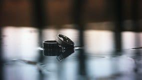 2 обручального кольца в дожде движение медленное видеоматериал