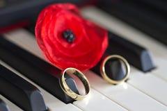 2 обручального кольца золота на ключах рояля Стоковые Изображения