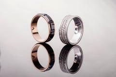 2 обручального кольца золота с диамантами с отражением на серой предпосылке, конце - вверх Стоковое Изображение RF