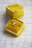 Обручальное кольцо в коробке на серой предпосылке Стоковые Изображения RF