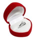 Обручальное кольцо в Сердц-форменной коробке Стоковые Фотографии RF