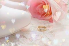 Обручальное кольцо золота Белые ботинки ботинки wedding Пятки ` s невесты высокие Гонорары невесты Ювелирные изделия свадьбы стоковая фотография