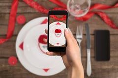 Обручальное кольцо и коробка сердца подарка Фото принято с телефоном Стоковые Фото