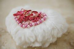 Обручальное кольцо 2 на белой подушке Стоковая Фотография