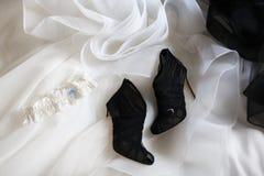 Обручальное кольцо на ботинках свадьбы и платье свадьбы стоковая фотография rf