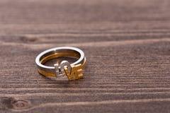 Обручальное кольцо на деревянной таблице Стоковая Фотография RF