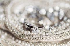Обручальное кольцо на sequins и жемчугах Стоковое Фото