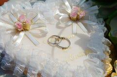 Обручальные кольца белого золота на подушке Стоковые Фотографии RF