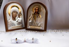 Обручальные кольца белого золота с значками Стоковое фото RF