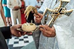 Обручальные кольца благословением священника роскошные в старой церков стоковая фотография
