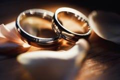 Обручальные кольца золота на букете белых цветков стоковая фотография rf