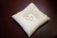 Обручальные кольца золота на подушке для колец Стоковая Фотография RF