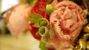 Обручальные кольца и букет розы пинка Обручальные кольца на букете свадьбы Обручальные кольца на букете роз Стоковая Фотография RF