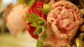 Обручальные кольца и букет розы пинка Обручальные кольца на букете свадьбы Обручальные кольца на букете роз Стоковые Изображения RF
