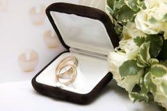 Обручальные кольца и букет Стоковые Изображения RF