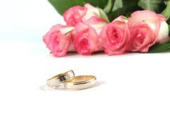 Обручальные кольца и розы Стоковая Фотография