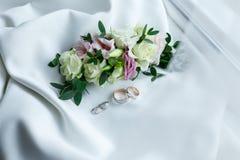 Обручальные кольца и серьги от белого золота с лежать драгоценных камней Стоковое Изображение