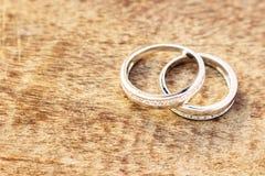 Обручальные кольца на белом крупном плане предпосылки Стоковые Изображения