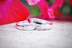Обручальные кольца на белом крупном плане предпосылки Стоковое Фото