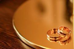 Обручальные кольца на деревянной предпосылке с космосом экземпляра концепция любов и замужества стоковые изображения