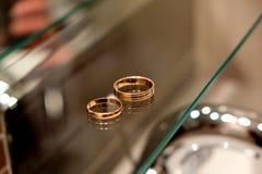 Обручальные кольца на зеркале стоят в ванной комнате Стоковые Изображения RF