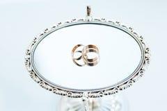 Обручальные кольца на зеркале Стоковое Изображение RF