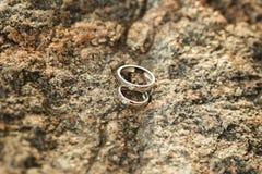 Обручальные кольца на камне гранита Стоковое Изображение