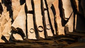 Обручальные кольца на камне гранита Стоковая Фотография