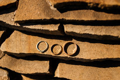 Обручальные кольца на камне гранита Стоковые Изображения