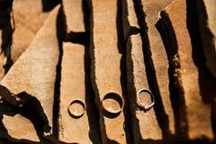 Обручальные кольца на камне гранита Стоковые Изображения RF